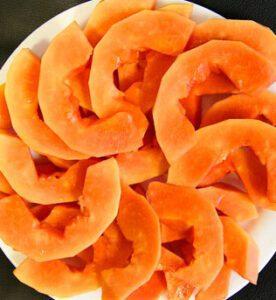 papaya cortada en el plato