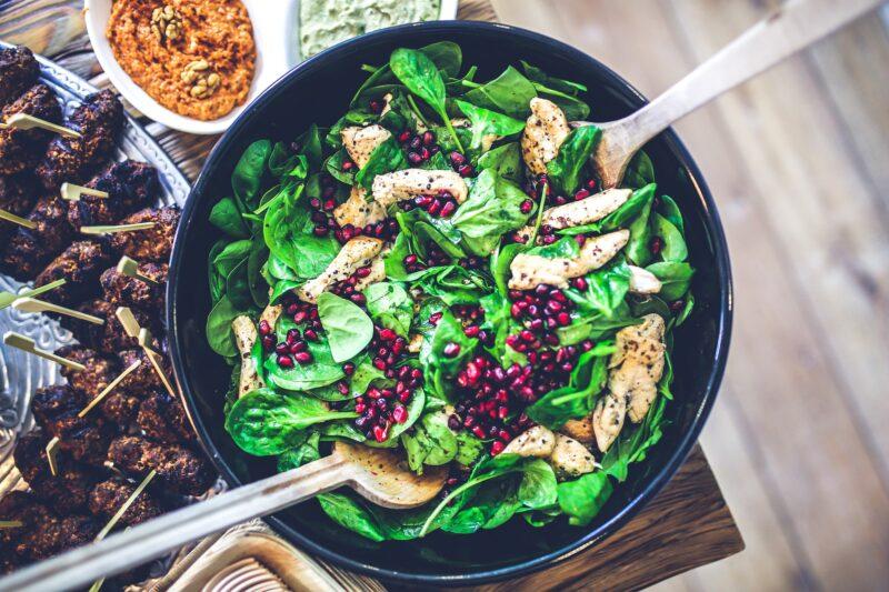 imagen destacada del artículo sobre tres recetas de espinacas, apareciendo en la imagen una ensalada de espinacas