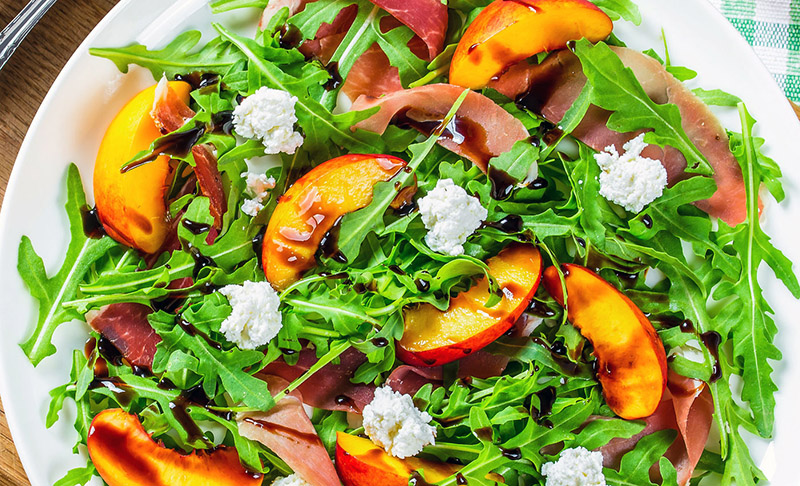 comer frutas con hueso: ensalada de melocotón