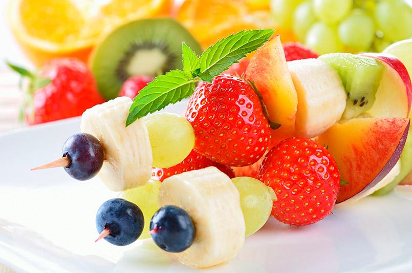 merienda saludable brocheta de frutas