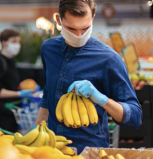hombre que va a comprar frutas y verduras